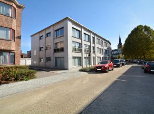 Uitzonderlijk ruim appartement (type halfopen bebouwing) met 4 slaapkamers, kelder en garagebox, gelegen op de eerste verdieping van een kleinschalig