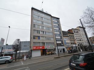 Zeer ruim appartement (110 m²) op de zesde verdieping met terras (8 m²) en 3 slaapkamers, bestaande uit: inkomhal met ingemaakte vestiaireka