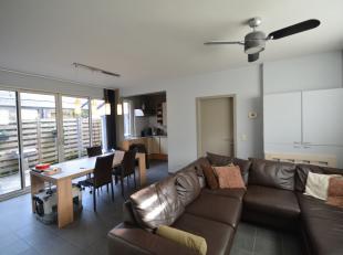 Charmant en instapklaar duplex appartement/woning op de gelijkvloerse verdieping, centraal gelegen tussen Broechem en Emblem, bestaande uit: inkomhal;