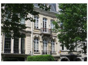 Dans une des plus jolies avenue de Bruxelles, très belle maison de maître de 1910 rénovée en 1990 sur un terrain de +/- 4 a