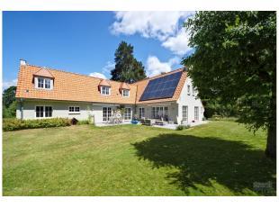 Dans un environnement résidentiel et champêtre belle villa de charme 1960 entièrement rénovée en 2009 en très