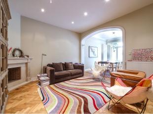 Très belle maison de ville de +/- 300 m² dans un style contemporain. Vaste hall d'entrée avec espace bureau. Belles réceptio