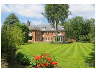 Dans la partie la plus résidentielle de Kraainem, non loin de la place Dumon, belle villa de caractère, +/- 800m², construite par l