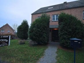 Cette belle maison 3 façades située à proximité de la E411, à l'entrée de Namur, est située dans un l