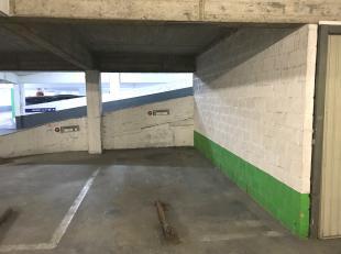 Beveiligde staanplaats in goed bereikbaar garagecomplex temidden het centrum van Oostende.  Het bevindt zich op de derde verdieping. <br /> De afmetin