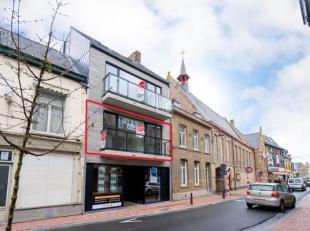 Nieuwbouwappartement (96 m²) te koop in residentie 'De Beurs' in Poperinge. Het appartement is gelegen pal in het centrum en beschikt onder meer