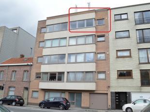 Lichtrijk appartement met 2 slaapkamers, terras en garagebox. Het appartement werd volledig vernieuwd en geschilderd. Op wandelafstand van openbaar ve