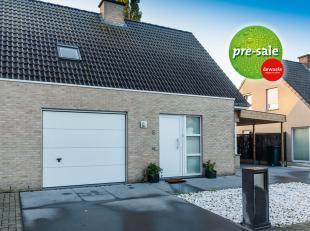 Leuke koppelwoning te koop te Kortrijk.<br /> Dit huis te koop is bijzonder kindvriendelijk gelegen in een doodlopende straat te Kortrijk. <br /> Inde