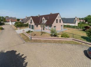 Op een grondoppervlakte van 708 m² vinden we deze ruime villa met 5 slaapkamers te koop in De Panne. De woning is zeer rustig gelegen nabij de du
