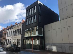 Modern en lichtrijk gebouw te koop bestaande uit een kantoorruimte op het gelijkvloers en 1e verdiep en bovenliggend 2 studio's en 1 appartement geleg