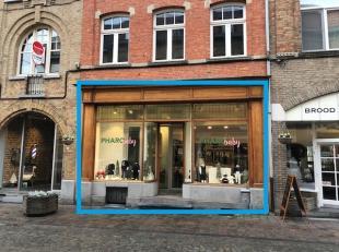 Handelsgelijkvloers<br /> INDELING<br /> winkel/handelsruimte: 30 m²<br /> kelderruimte met sanitair<br /> AFWERKING en VOORZIENINGEN<br /> basis