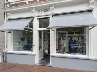 Handelspand te koop in de commerciële winkelstraat, de Ieperstraat in Poperinge. <br /> Momenteel is er een uitbating van een kledingwinkel. Over