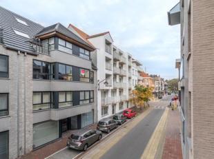 In de Kerkstraat te De Panne vinden we dit modern appartement (65 m²) met 2 slaapkamers te koop. Gelegen op wandelafstand van winkels, horeca, op