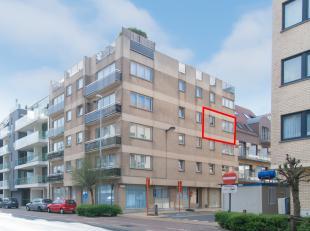"""Verzorgd 1 slaapkamer appartement in residentie """"Queens"""" gelegen in het centrum van Middelkerke vlakbij winkels, zeedijk en openbaar vervoer. Bestaand"""