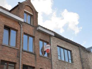 Hedendaags duplex appartement te huur met 2 slaapkamers en zonnig terras, rustig gelegen in centrum Brugge<br /> INDELING:<br /> 2°V.: Inkomhal (5
