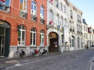 Centraal gelegen garagebox (nr. 21) in de Langestraat te Brugge.<br /> Afmetingen: <br /> - Hoogte: 2,00 m<br /> - Breedte: 2,51 m<br /> - Huurprijs: