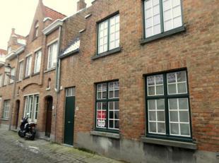Gezelligheid is een grote troef van dit recent gerenoveerd arbeidershuisje te Brugge.<br /> Glvl.: living + open keuken (20m²) voorzien van kookp