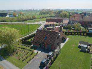 Rustig gelegen villa in Sint-Pieters - Kapelle op een perceel van 1660 m2 voorzien van 5 slaapkamers, garage en een perfect onderhouden tuin.  De vill