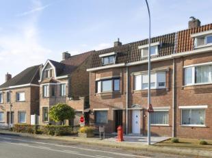 Halfopen woning met 3/4 slaapkamers te koop in Sint-Michiels. Het huis ligt dichtbij de belangrijke invalswegen E40/E403 en Oostkamp. Het perceel is b