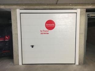 Garagebox voor één wagen in centrum Brugge.<br /> Afmetingen:<br /> - Lengte: 5,00m<br /> - Breedte: 2,50m<br /> - Hoogte: 1,88m<br /> -