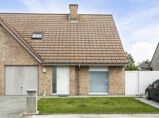 Deze gezellige halfopen woning met 3 slaapkamers te Avelgem is gelegen in een rustige, kindvriendelijke buurt, doch nabij het centrum van Avelgem. <br