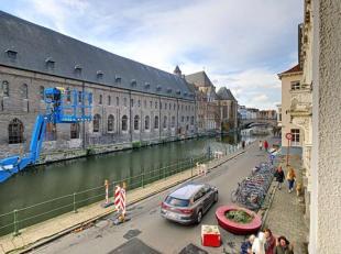 In het hartje van Gent vind je dit ruim en instapklaar appartement met 2 volwaardige slaapkamers, op een boogscheut van de Kouter, de Korenmarkt en in