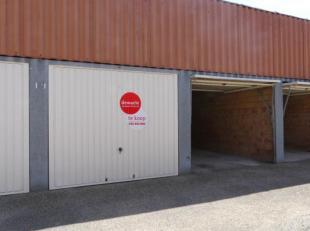Bovengrondse afgesloten garageboxen met manuele kantelpoort ( 45.000) te koop op een gunstige locatie langs de Hoedenmakersstraat nabij de Augustijnen