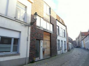Magnifiek duplexappartement te huur op een centrale ligging in Brugge! Dit appartement in de Mortierstraat, gelegen nabij de winkelstraten, stadsparke