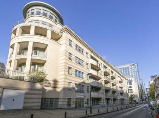 Cet appartement duplex luxueux à 4 chambres est situé dans la rue Wiertz à Ixelles, au cur du quartier européen de Bruxell