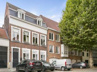 Prachtige herenwoning met op het gelijkvloers een kantoorruimte, geschikt voor het uitoefenen van een vrij beroep,... Deze eigendom te koop is gelegen