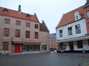 Gemeubeld instapklaar duplex appartement met 2 slaapkamers en uniek zicht op de reien. Dit appartement is gelegen in centrum Brugge op het Huidenvette