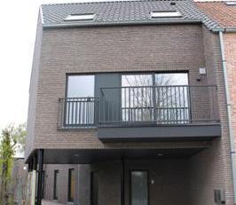 Nieuwbouwwoning nabij het centrum van Kuurne met 3 slaapkamers. Mooie en lichtrijke leefruimte met open keuken. Ruime berging en groot terras aan de a