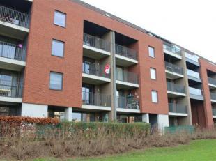 Het appartement bestaat uit een inkomhal met gastentoilet, woonkamer met eet-en keukenhoek voorzien van volgende inbouwtoestellen: frigo, diepvries, k