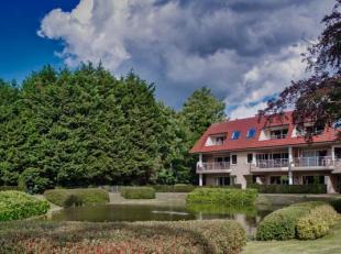 Lichtrijk dakappartement met 3 slaapkamers te koop gelegen op de hoek van de residentie Wimbledon te Jabbeke nabij Varsenare. Het appartement is geleg
