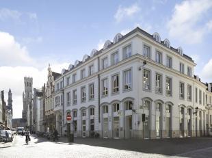 Vlak naast de Stadsschouwburg in hartje Brugge vinden we dit ruime appartement met 3 slaapkamers te koop. De vele lichtinval, het prachtige zonneterra