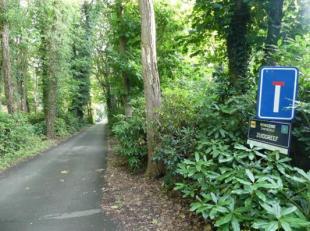 Residentieel gelegen grond (2.147m²) in de prachtige groene omgeving van de Lakenbossen te Zwevezele. Het perceel is gelegen in een doodlopende s