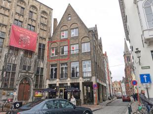 Dit nieuwbouw appartement heeft 1 slaapkamer en ligt in het hartje van centrum Brugge. Het appartement is kwalitatief afgewerkt en geniet veel lichtin