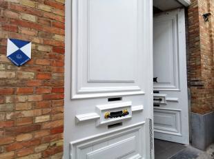 Prachtig appartement te huur met kwalitatieve afwerking, 2 slaapkamers en een balkon met charmant uitzicht over de Gouden-Handrei te Brugge. Het appar