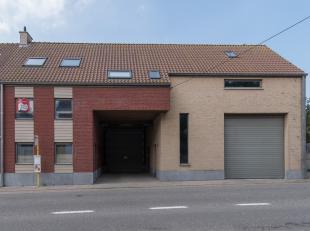 Loods (138m²) met bovenliggend appartement (m²) voorzien van 3 slaapkamers en ruim zonneterras (21m²). Gelegen te Leffinge in de Slijpe