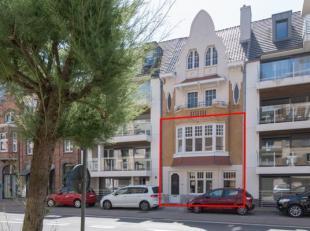 Exclusief genenoveerd duplexappartement met 2 ruime slaapkamers en zonneterras te koop in Middelkerke. Deze duplex bevat het gelijkvloers en de eerste