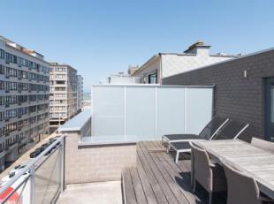 Magnifiek dakappartement met 2 slaapkamers en grote terrassen voor- en achteraan op slechts enkele stappen lopen van de zeedijk te Middelkerke. Pracht