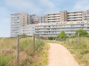 Volledig vernieuwde studio met zicht op de duinen op de zesde verdieping van residentie Carlton, Zeedijk 37. Deze studio beschikt over inkom, leefruim
