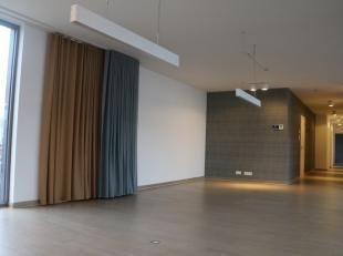 Zeer gunstig gelegen klassevol appartement of kantoorruimte; handelshuur mogelijk.  Ingericht met zeer grote living, aanpalend terras van 27m2, ingeri
