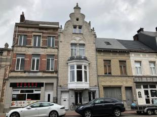 Deze prachtige woning in neobarokstijl, ontworpen door de Lierse stadsarchitect E. Careels, bevindt zich aan de rand van het centrum nabij station en