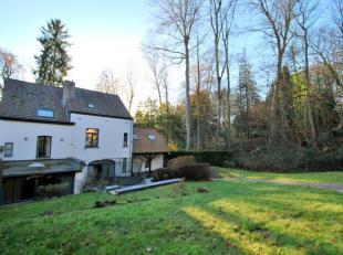 Face aux étangs de Boitsfort, à 300m de l'ISB, belle maison 3 façades dans un écrin de verdure. Elle se compose d'un hall