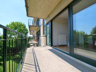 In een rustige en groene omgeving , appartement met veel lichtinval bestaande uit een woonkamer met terras op het zuiden , volledig ingerichte keuken
