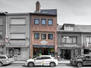 Op een toplocatie in centrum Aartselaar heb je een ruim handelsgelijkvloers (momenteel kledingwinkel) met twee vitrines en een bovenliggend triplex-ap
