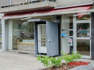 Polyvalent handelsgelijkvloers met een totale oppervlakte van 124 m².  Heden is de handelszaak ingericht als bakkerij. Ideaal gelegen in een aang