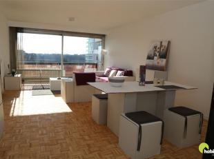 In het Hof ter Lo in Borgerhout, staat dit aangenaam appartement met twee slaapkamers én terras. Het openbaar vervoer (bus en tram), tal van wi