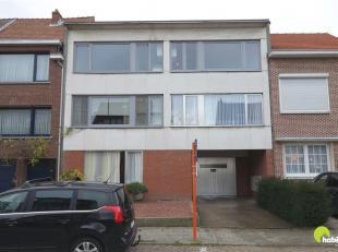 Op een zeer centrale ligging, vlakbij de grote invalswegen en het commerciële centrum van Borsbeek vinden we dit gezellig appartement in een klei